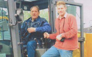 Wil Sr. en Wil jr. slaan eerste paal voor de uitbreiding van de bedrijfsauto-afdeling / parkeerdek / occasionkelder in 2002